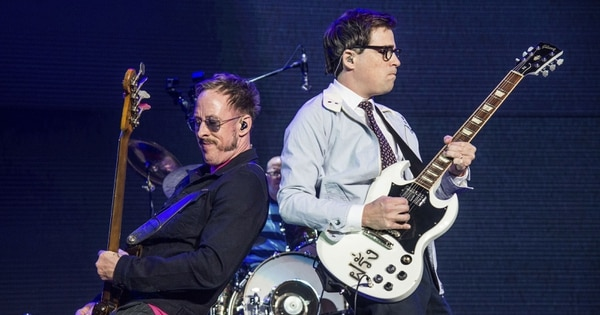 Weezer es conocido por temas como 'Buddy Holly' y 'Say It Ain't So'. AP