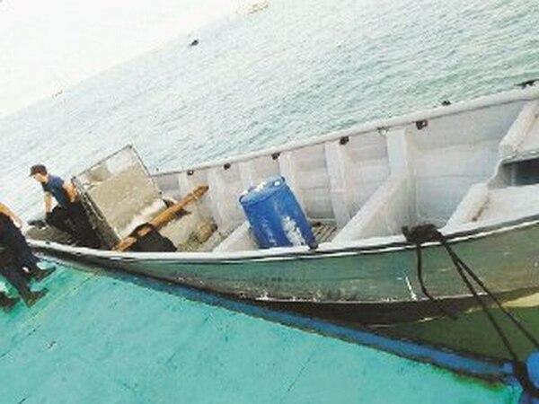La noche de ayer, oficiales de Guardacostas esperaban la llegada de la droga decomisada en Puntarenas.   MINISTERIO DE SEGURIDAD PARA LN