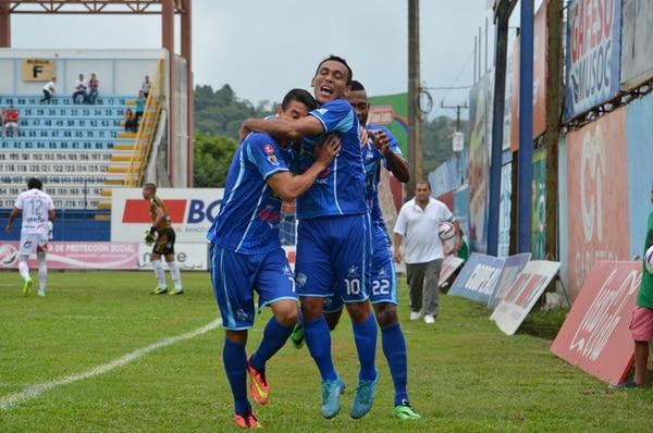 Luis Stwart Pérez se abraza con Jorge Gatgens (izq) para celebrar uno de los goles ante Carmelita. Atrás Josué Mitchel. | MARIO CORDERO