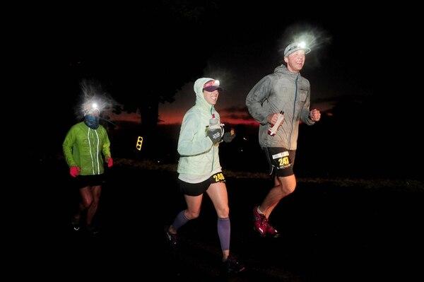 Lo competidores corrieron anoche con sus linternas en la cabeza y protegidos contra el frío. | JOHN DURÁN