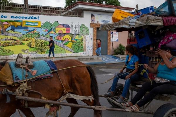Una mujer permanecía en la entrada del centro de migrantes Belén en espera de información de sus parientes, en el barrio Medina, e San Pedro Sula, Honduras.