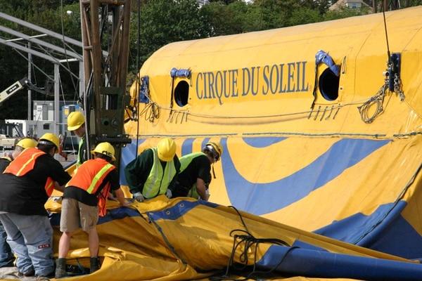 La carpa del circo es levantada en cada país por personal del circo y equipo nacional.