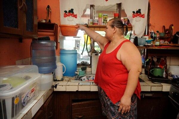Atenas lleva años sufriendo problemas de abastecimiento de agua. En febrero del 2018, Patricia Sánchez, vecina de la urbanización El Brasil, debía recoger agua en todos los recipientes posibles para atender las necesidades de su hogar.