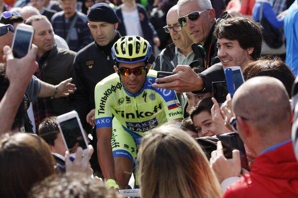 Alberto Contador es acorralado por la afición previo a la última etapa de la Vuelta a Cataluña, celebrada el domingo.