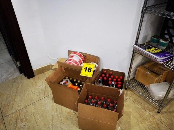 El OIJ y el Ministerio de Salud detectaron varias unidades de guaro contaminado con metanol, las cuales eran colocadas en el mercado por un empresario extranjero. Foto: OIJ para LN