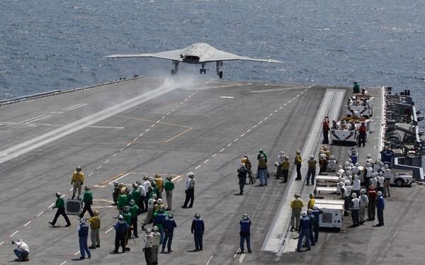 El drone experimental X47-B de la Marina despega de la cubierta del portaaviones nuclear USS George H. W. Bush, frente a la costa de Virginia.   AP