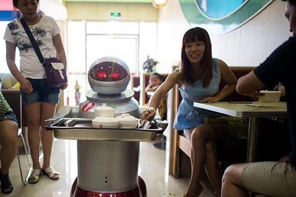 Los robots son parte de la oferta de los bares y restaurantes en China.