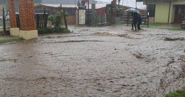 Sectores como Cot de Oreamuno, Paso Ancho, Tierra Blanca y Quircot, en Cartago, se vieron afectados la tarde del lunes por los fuertes aguaceros.