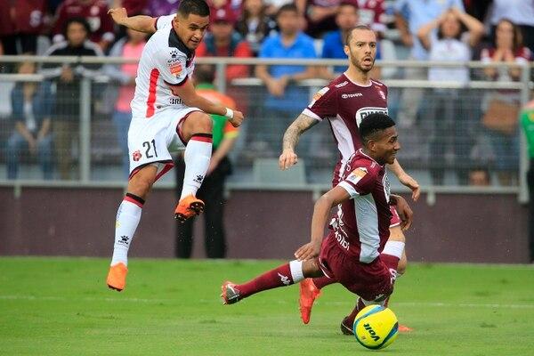 En la cancha eran rivales, pero el hondureño Róger Rojas y el brasileño Henrique Moura se mantenían en contacto. Foto: Rafael Pacheco