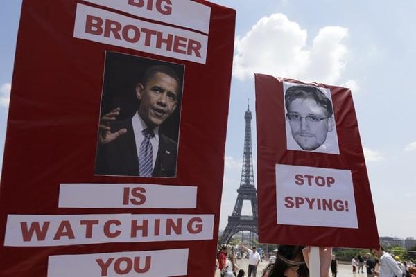 Ayer hubo una manifestación de apoyo al informático Edward Snowden frente a la torre Eiffel, en París. | AFP.