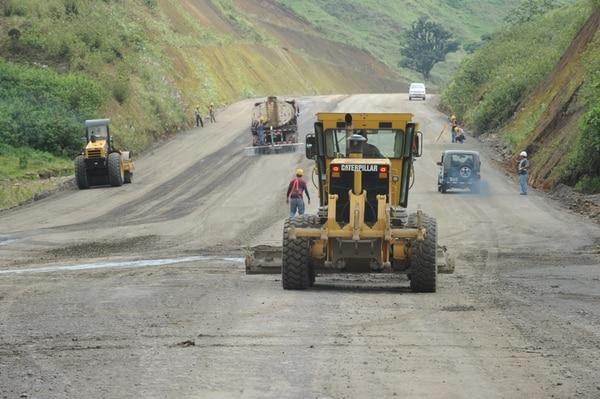 La carretera Sifón-La Abundancia tiene una longitud de 30 kilómetros, este tramo es la sección central de de la nueva vía a San Carlos. Los extremos sur y norte de la obra aún no se han iniciado. | JORGE NAVARRO.