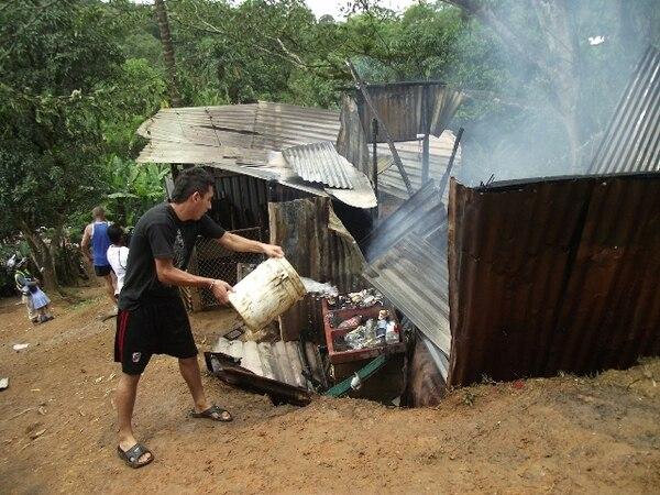 Vecinos lanzaron agua para tratar de apagar el fuego.   MARVIN GAMBOA.
