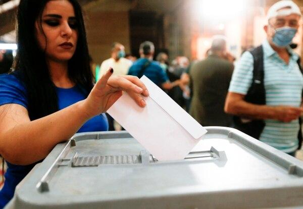 Esta ciudadana depositó su voto en un colegio electoral en Damasco, el domingo 19 de julio del 2020. AFP