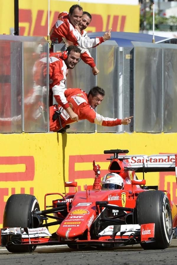 Sebastian Vettel celebró ayer con el resto del equipo Ferrari.   EFE