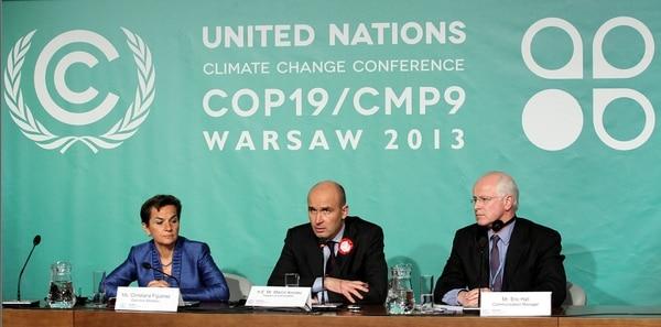El portavoz de la Cumbre contra el cambio climático, Eric Hall (d), la secretaria ejecutiva Christiana Figueres (i) y el ministro polaco de medioambiente Marcin Korolec (c) durante una rudea de prensa de dicha cumbre celebrada en Varsovia, Polonia hoy 11 de noviembre de 2013.