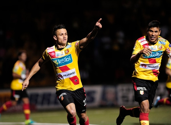 José Miguel Cubero festeja su gol ante la Liga. | JOHN DURÁN