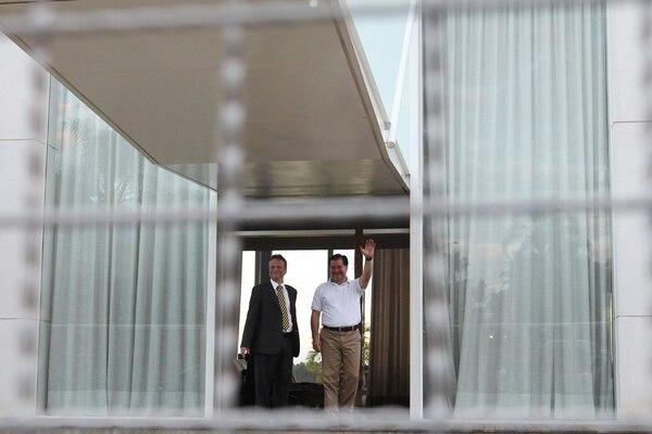 El senador opositor boliviano, Róger Pinto (der.), saludó el lunes a su llegada a Brasil. | EFE