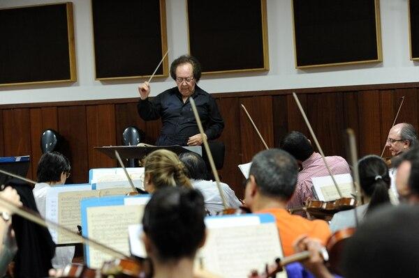 08/10/2013 El director y compositor José Serebrier, ganador de 8 premios Grammy, en un ensayo para una gira a los Estados Unidos y Mexico/Alonso Tenorio