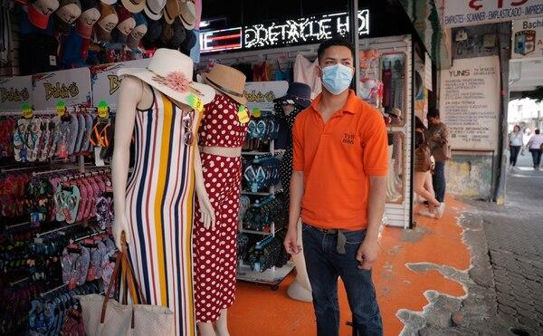 Enrique Granera es administrador de la tienda TyN en avenida segunda de San José. Según él, no cerrarán la tienda hasta que no haya una orden sanitaria, pues del trabajo sale el salario diario de todos los colaboradores. Fotografía: Jeffrey Zamora