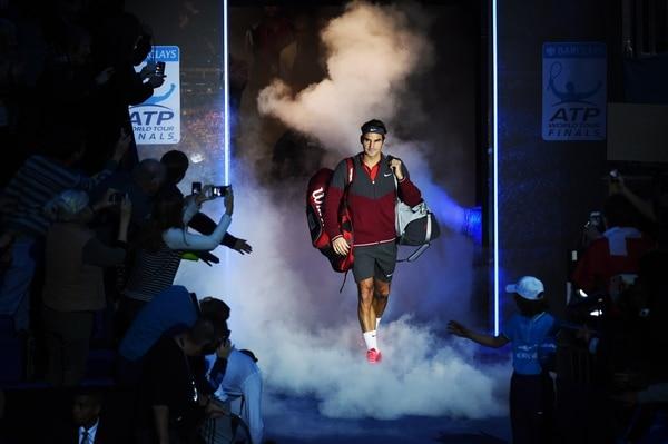 Roger Federer haciendo su ingreso a la cancha del O2 para su juego ante el japonés Kei Nishikori en el Masters de Londres