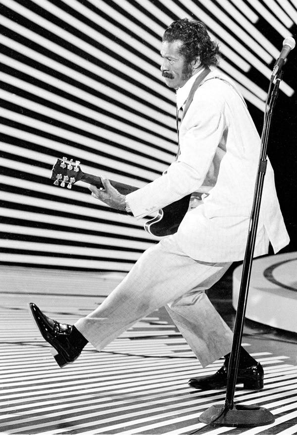 Fotografía del 4 de abril de 1980. El guitarrista y cantante Chuck Berry realiza su