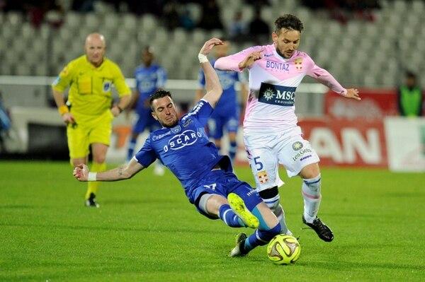 El jugador del Bastia Mathieu Peybernes (izquierda) marca a Milos Ninkovic del Evian.