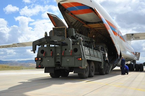 Un avión militar de transporte ruso transportó misiles S-400 desde Rusia hasta la base aérea de Akinciliar, en Ankara, este viernes 12 de julio del 2019.
