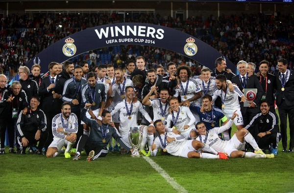 El costarricense Keylor Navas, a la izquierda, celebró junto al equipo la obtención de la Supercopa de Europa este martes ante Sevilla.
