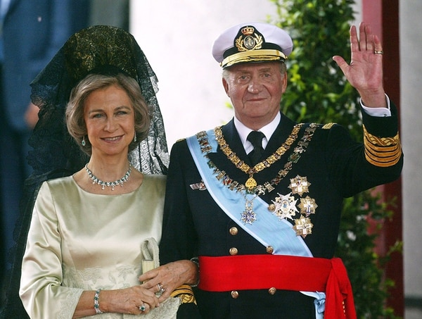 En el reinado de Juan Carlos de Borbón (aquí con la reina Sofía) la sociedad española prosperó, hasta la llegada de la crisis del 2008.   AFP