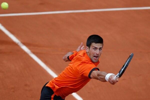 Novak Djokovic devuelve la pelota a su rival Jarkko Nieminen, en la primera ronda del Roland Garros.