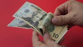 Precio del dólar sube por alta demanda en ventanillas