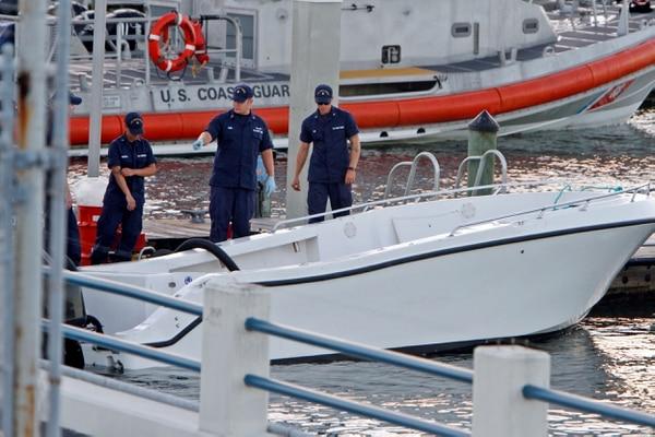 El personal de la Guardia Costera de EE.UU. inspecciona el sitio donde se volcó una embarcación con 11 inmigrantes cerca de la costa de Miami.