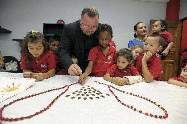 les mostró a los niños de la asociación los rosarios que Ileana Rojas-Bennett diseñó especialmente para ayudarles. Pablo Montiel.El padre Sergio