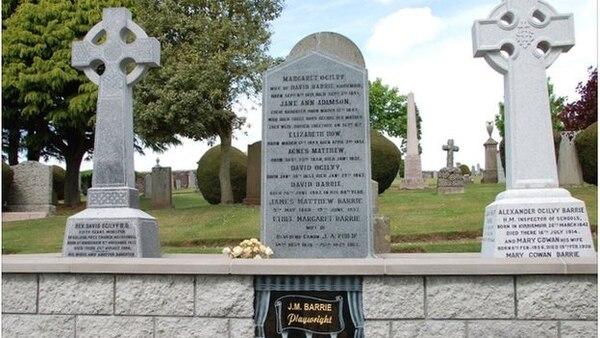 La tumba donde descansan los restos del creador de Peter Pan, el escritor J.M.Barrie, fue objeto de acto vandálico.