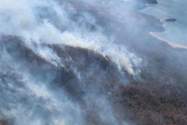 El fuego comenzó desde el pasado viernes 22 de marzo. Ingresó por el sector noreste del refugio. Foto de Julio Díaz/ ACG