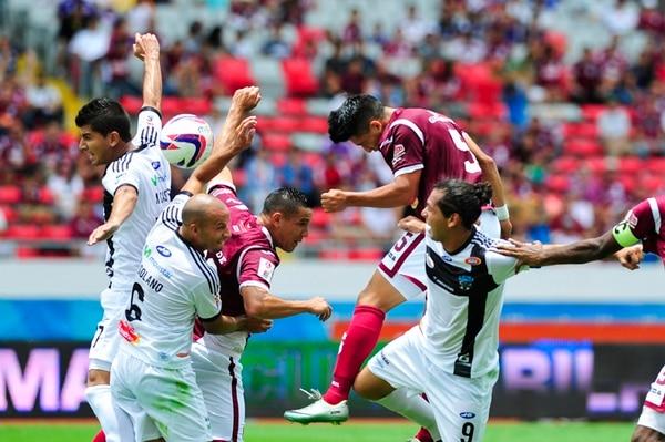 Rafael Morales (5) casi siempre se sumó al ataque morado pero descuidó demasiado el flanco izquierdo, terreno elegido por AS Puma para castigar, una y otra vez, las carencias de Saprissa atrás.   JOSÉ CORDERO