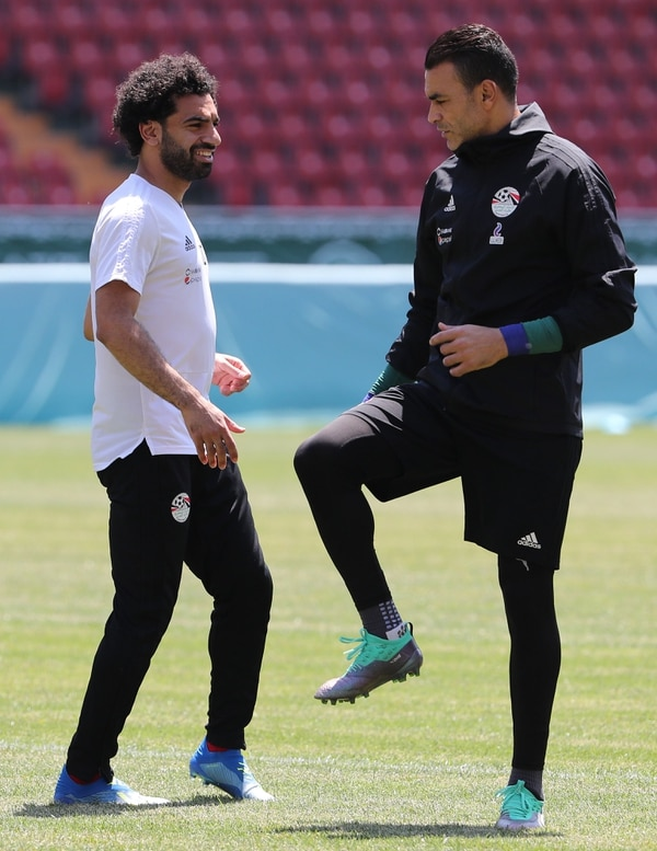 El delantero Mohamed Salah junto al portero Essam El Hadary, serán titulares este lunes ante Arabia Saudí. El Hadary impondrá el récord de ser el jugador de mayor edad que dispute un partido de una Copa del Mundo. AFP PHOTO / KARIM JAAFAR