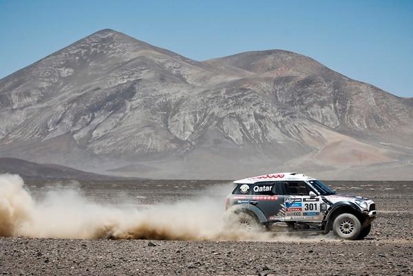 El catarí Nasser Al-Attiyah, y su copiloto, Lucas Cruz, de España, conducen su Mini durante la octava etapa del Rali Dakar, que llevó a los autos de Salta, en Argentina, a Calama, en Chile. Fueron 302 kilómetros cronometrados.   AP