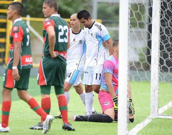 Josué Martínez (11), hoy delantero de la Universidad, recibe al abrazo de Lopsang Balmaceda tras marcar el tercer tanto del juego. | CARLOS GONZÁLEZ