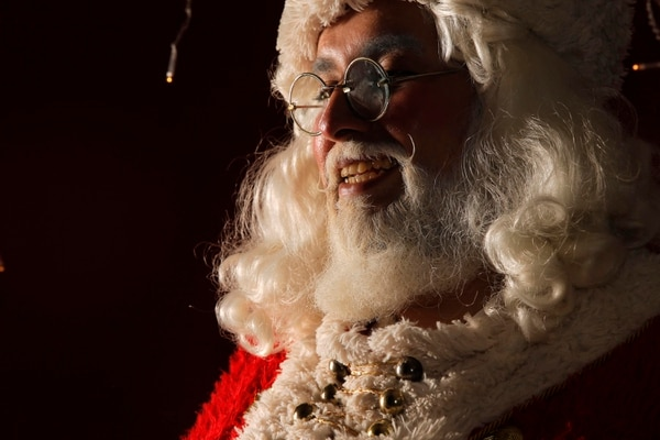 César Cordero trabaja desde hace tres años como Santa Claus. La caracterización le toma entre 15 y 20 minutos, por lo que tiene como regla siempre salir de su casa listo para la actividad a la que le toque asistir. Fotografía: Mayela López
