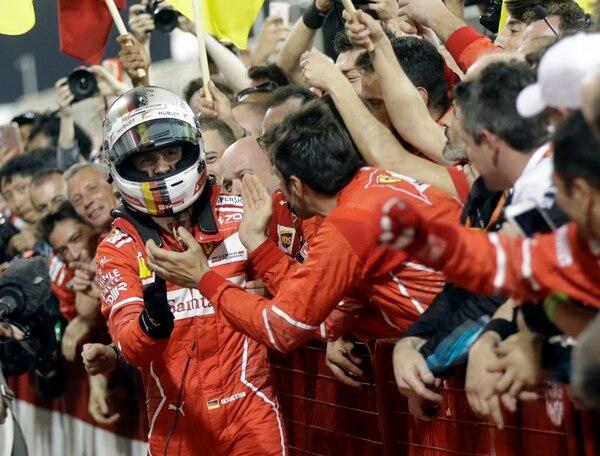 Sebastian Vettel celebró la victoria con su equipo.