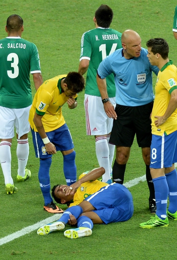 Paulinho se lesionó en el duelo contra México. | AFP.
