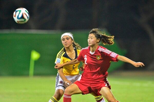 La china Ying Wang fue decisiva ayer con dos asistencias que volcaron el marcador. Acá, la colombiana Nancy Acosta (6) va a su marca.   RAFAEL PACHECO
