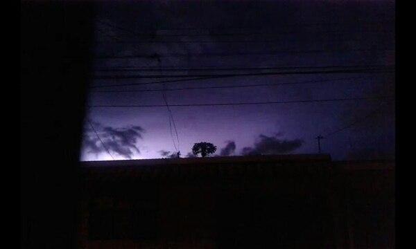 A las 10:20 p. m. de este 24 de junio, desde San José se observaba así el destello de la actividad eléctrica en el Caribe.
