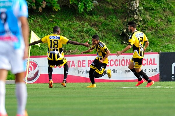 El coronadeño Luis Pérez (7) celebra con euforia el gol que le abrió el marcador a su equipo ayer contra la Universidad, en el Estadio Labrador. Lo acompañan Jeikel Medina (18) y Ulises Segura (19). | JOSÉ CORDERO