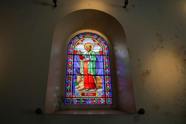Uno de los vitrales que adornan las paredes de la parroquia. Fotos: Mayela López