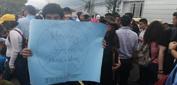 Un estudiante protestaba por el alto salario de uno de los rectores. Foto: Daniela Cerdas