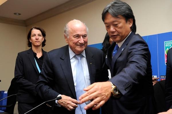 El expresidente de FIFA Joseph Blatter y el exfederativo Eduardo Li, durante la clausura del Mundial Femenino Sub-17.   RAFAEL MURILLO