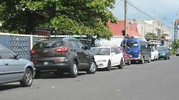 Otros cuatro vehículos que estaban estacionados en los alrededores de un hotel puntarenense también fueron violentados. | ANDRÉS GARITA.