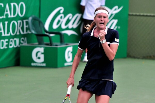 La checa Marie Buzkova celebra un punto en la victoria sobre Usue Arconada, de Estados Unidos, que le dio la clasificación a la semifinal.   RAFAEL MURILLO